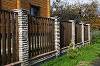 Неправильное расстояние между забором и хозяйственными постройками — одна из частых причин конфликтов с соседями
